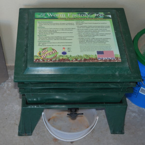 how to use differnet trays in a worm farm